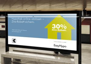 EasyHypo-Kampagnenplakat am Bahnhof
